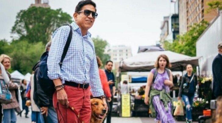 FOTOD: Omapärane koer, kellel on kombeks igat vastutulijat jalutuskäikude ajal kallistada