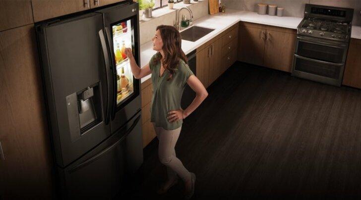 LG tutvustas InstaView' külmikut, mille uksel on 29-tolline puuteekraan ja mis suhtleb inimestega Amazoni digiabilise Alexa abiga.