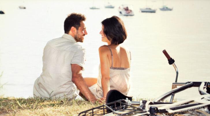 Kehakeel reedab: märgid, mis näitavad, et naine on mehest huvitatud