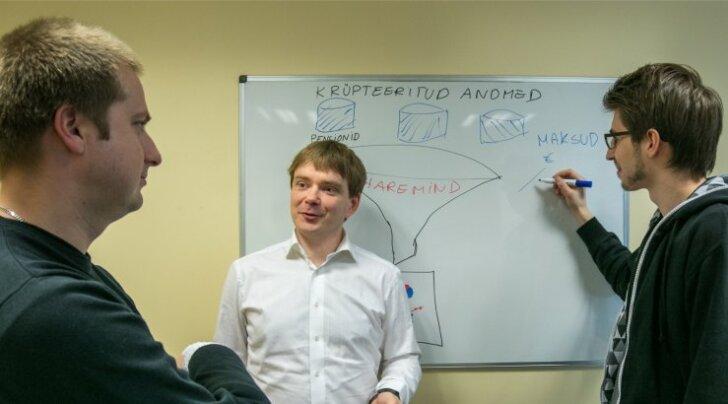 Dan Bogdanov (keskel) selgitab kolleegide abiga, kuidas Sharemindi tarkvara töötab.