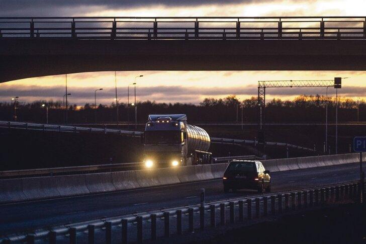 Üks tsisternveok, mille politsei kinni pidas, vedas Poolast Eestisse 29 555 liitritrasket kütteõli, kuigisaatelehe järgi oli veoseks märgitud maksuvaba tehniline vedelik.