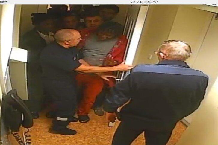Videosalvestis Harku kinnipidamiskeskusest mullu 10. novembrist mõned minutid pärast kl 19, kui protest alles algas. On näha, et keskuse ametnikud üritavad kinnipeetavatega rääkida. Ajavahemikul 19.30–21.11 blokeeriti kitsas koridor.