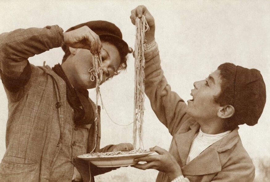 Esialgu polnud pasta mujal Itaalias eriliselt hinnatud: kui sitsiillasi hakati kutsuma makaronisööjateks, siis lombarde kutsuti peedisööjateks, toskaanlasi oasööjateks ja napollasi (kapsa)lehesööjateks.