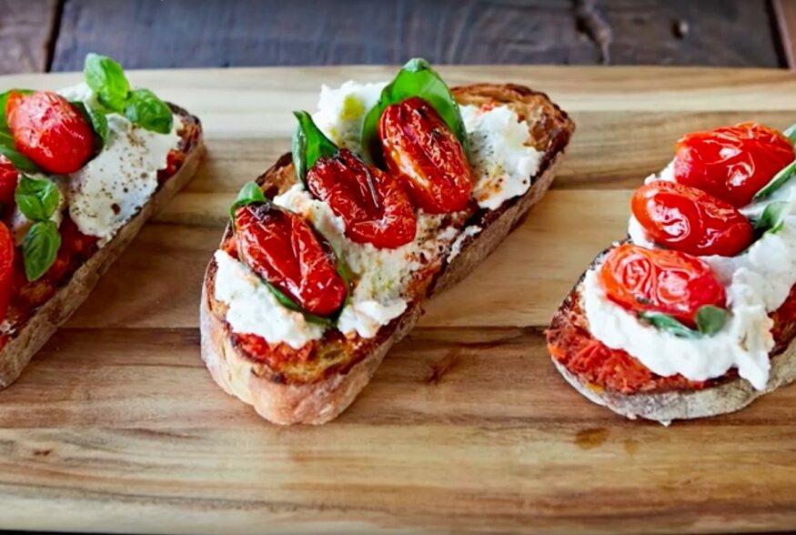 KIIRE HOMMIKUSÖÖGI SOOVITUS | Ricotta-juustu ja tomatiga röstsaiad