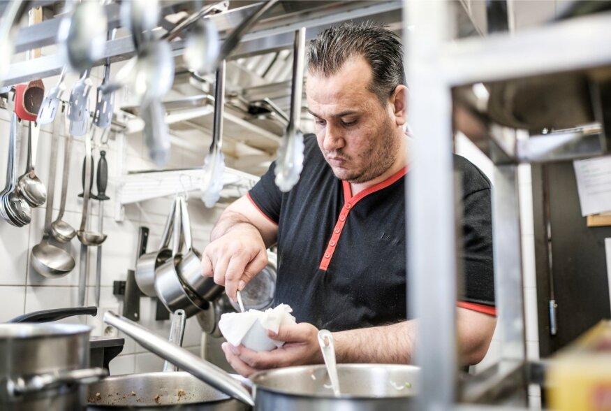 Pagulane Süüriast Hassan Al Dakhil tegi süüa Kuldmoka restoranis