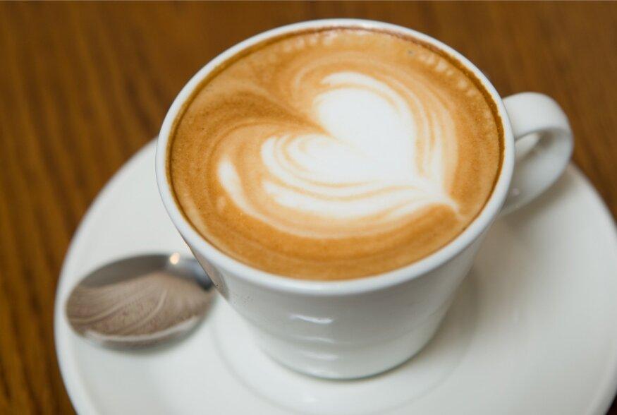 Piimaga kohv on maksahaiguste korral lubatud toiduainete nimekirjas.
