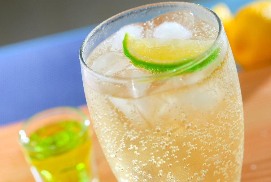 VISKIKOKTEIL: Viski ingveriõlle ja basiilikuga ekh Johnnie Red Rye Finish Ginger Ale