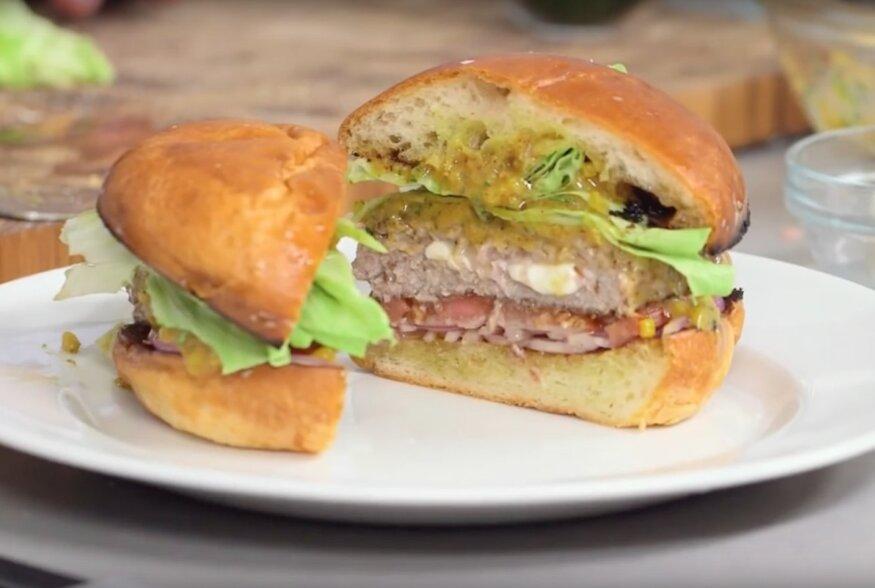 KIIRE ÕHTUSÖÖGI SOOVITUS: Mozzarellaga täidetud burgeri ja kabatšokisinepiga kuum võileib