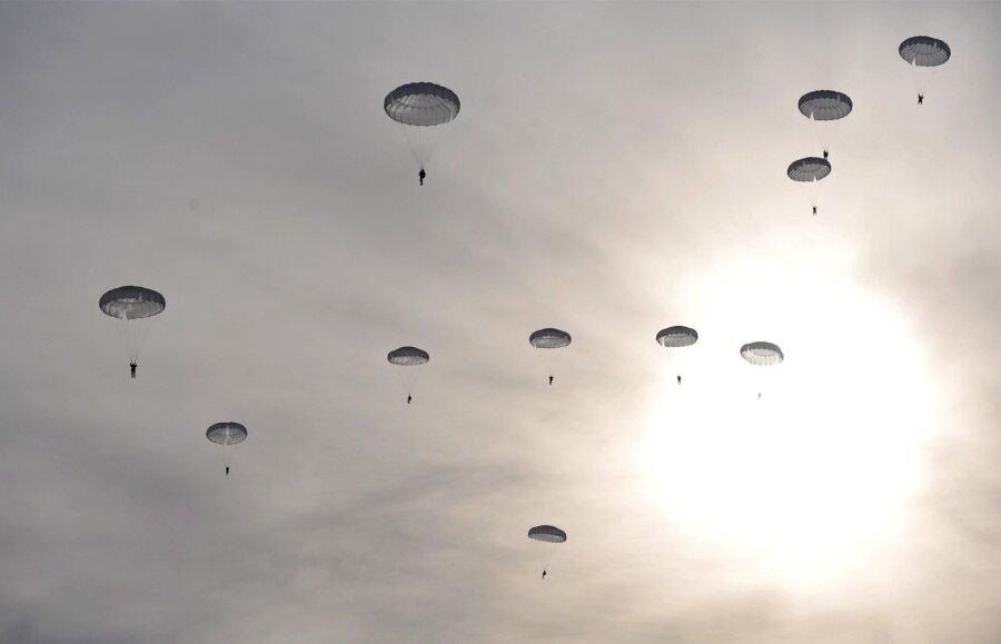 Уграниц Латвии увидели военный самолетРФ