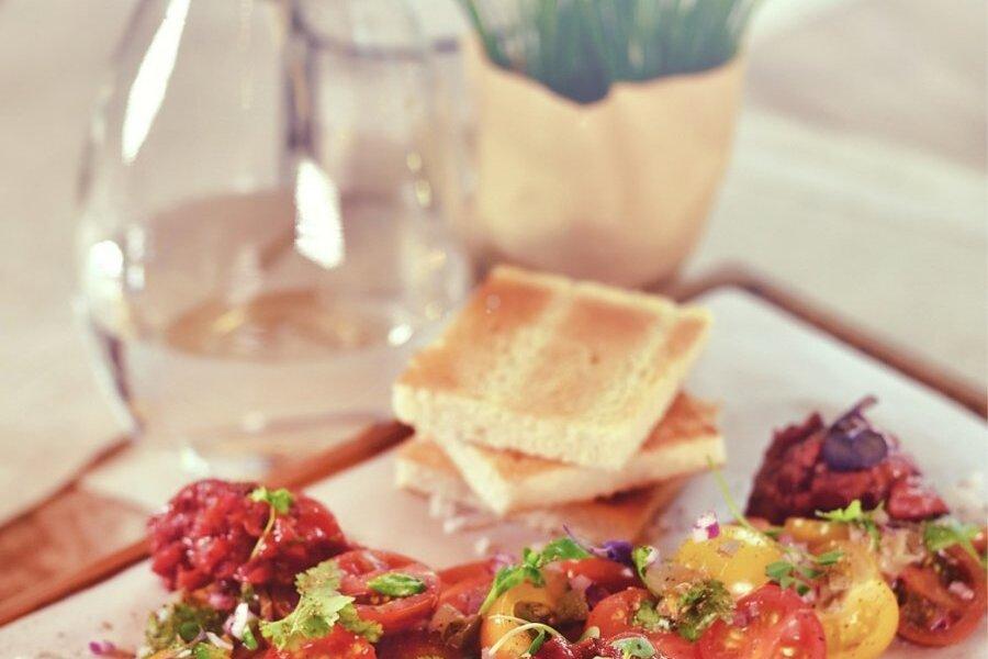Kõldu karni lihaveisetartar tomati-kapparisalatiga.