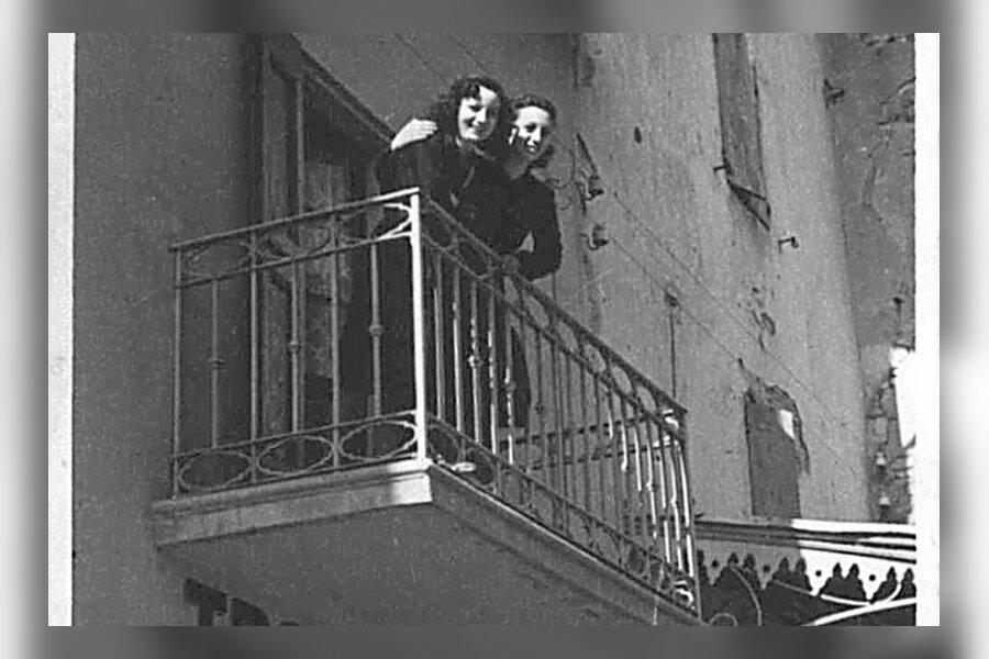 Alberto Bettini ema ja tädi trahteri rõdul.