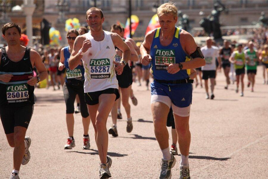 Hoolimata nooruses jalgpallis saadud vigastustest, fännab Gordon siiani tulihingeliselt jalgpalli ja armastab joosta maratoni.