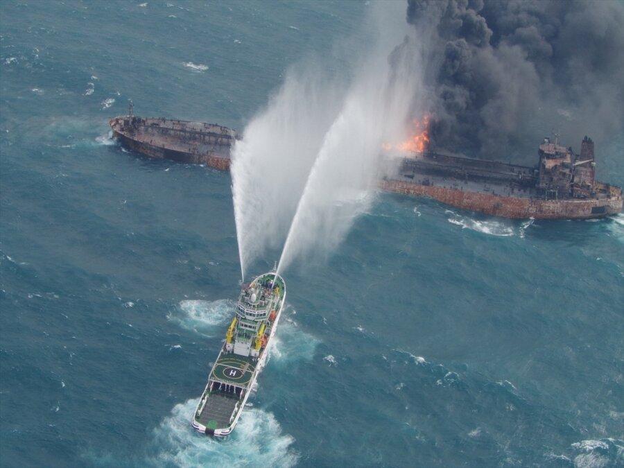 Пожар нанефтяном танкере: судно относит всторону Японии