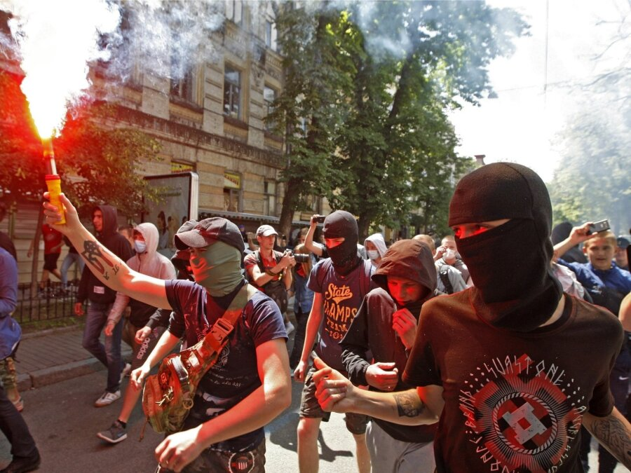 Вначале партия, потом— факельное шествие поКиеву