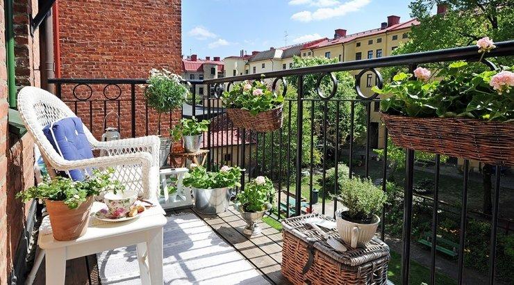 Милая кухня с выходом на балкон.